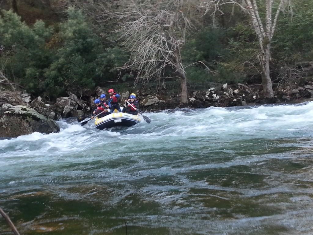 Rafting sobre las aguas bravas del Rio Lerez en el Ecoparque Atalaia en Cotobade
